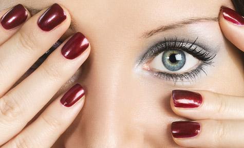 В отличие от обычного покрытия, покрытие ногтей гель-лаком держится...  Маникюр гель-лак- это своего рода гибрид...