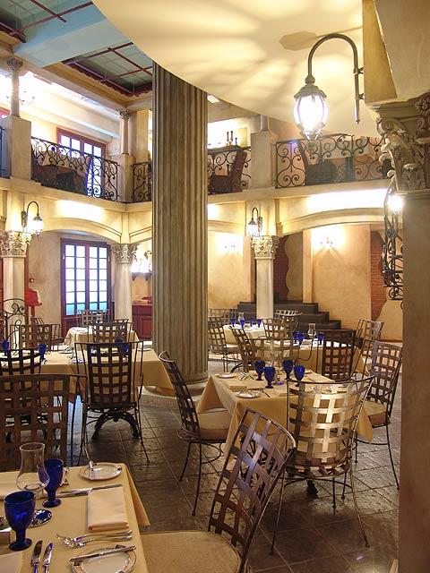 Войдя в ресторан, Вы попадаете в классический дворик старинного палаццо.