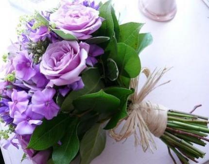 Букеты из живых цветов и композиции
